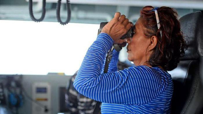 Menteri KKP Susi Pudjiastuti gelar pengawasan terhadap penangkapan ikan secara ilegal. Kali ini, ia terjun langsung awasi perairan perbatasan Laut Natuna Utara.