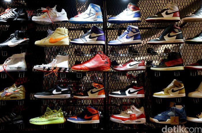 Sneakerpeak Kemang kembali hadir menampilkan sejumlah sneakers keren di Lippo Mall Kemang, Jakarta, Jumat (19/4/2019).