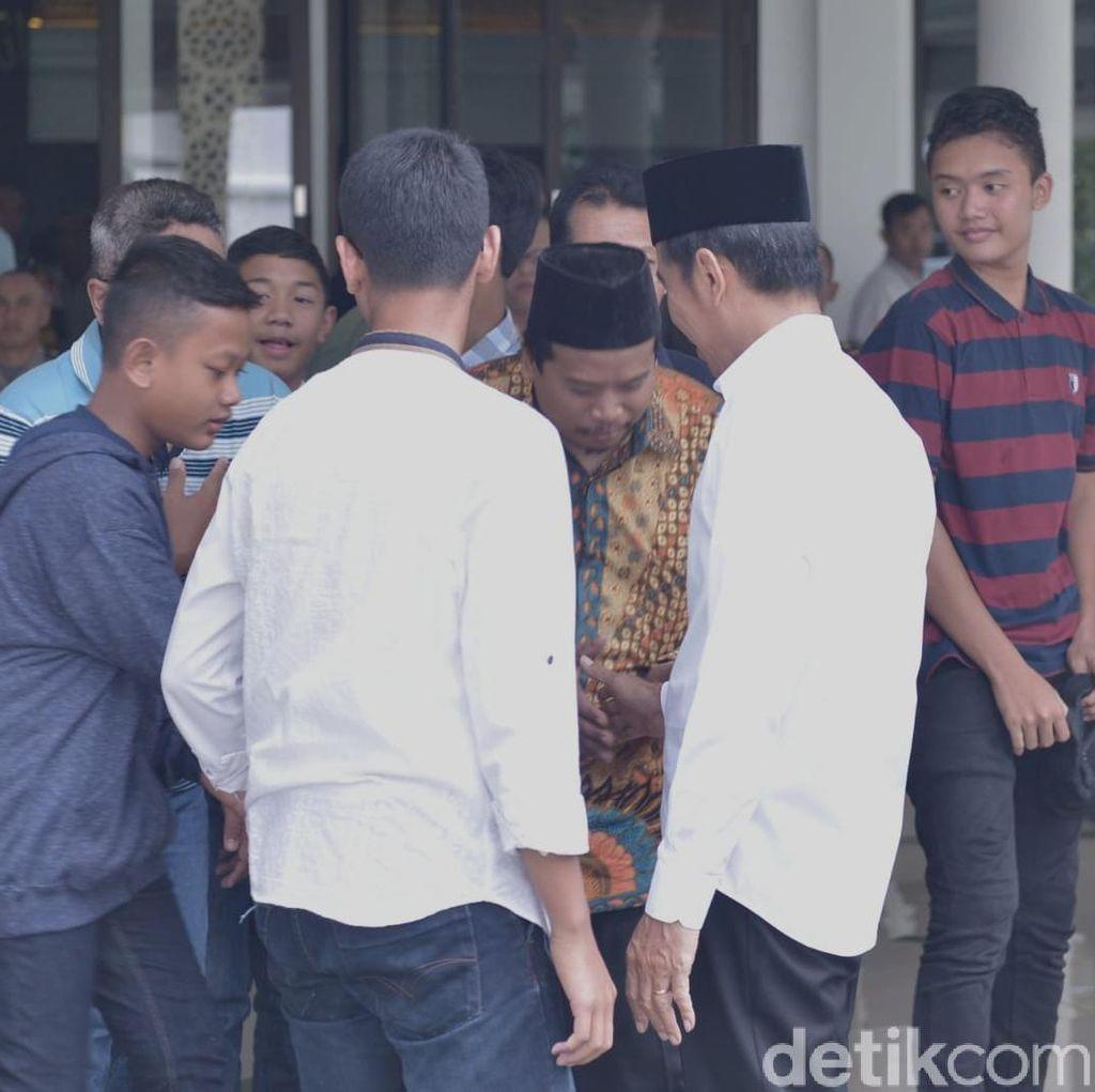 Usai Salat Jumat, Jokowi Sapa Warga di Masjid Istana Bogor
