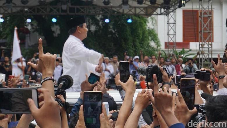 Prabowo Sapa Pendukung di Kertanegara Usai Salat Jumat