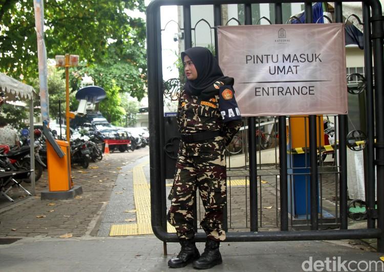 Sejumlah anggota ormas GP-Ansor bersiaga menjaga keamanan di sekitar Gereja Katedral Jakarta. Hal tersebut menjadi bentuk toleransi antar umat beragama.