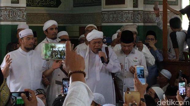 Prabowo Sujud Syukur di Masjid Al-Azhar, Jemaah Teriak 'Presiden'