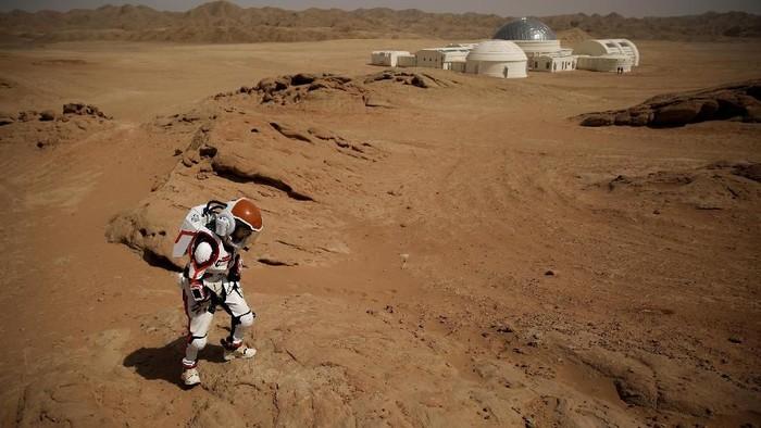 Penasaran ingin merasakan seperti apa tinggal di Planet Mars? Di China dibangun sebuah markas yang menyerupai koloni di Planet Merah tersebut. Yuk lihat.