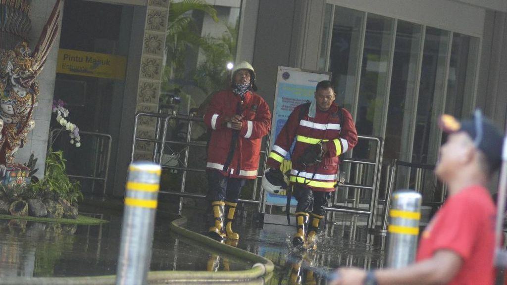 Potret Petugas Damkar Padamkan Api di Bandara Ngurah Rai Bali