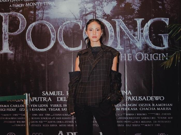 Aktris sekaligus model Della Dartyan kini bermain dalam film Pocong The Origin bukan hanya jago berakting, wanita cantik ini juga hobi ngopi. Foto: Instagram@delladartyan