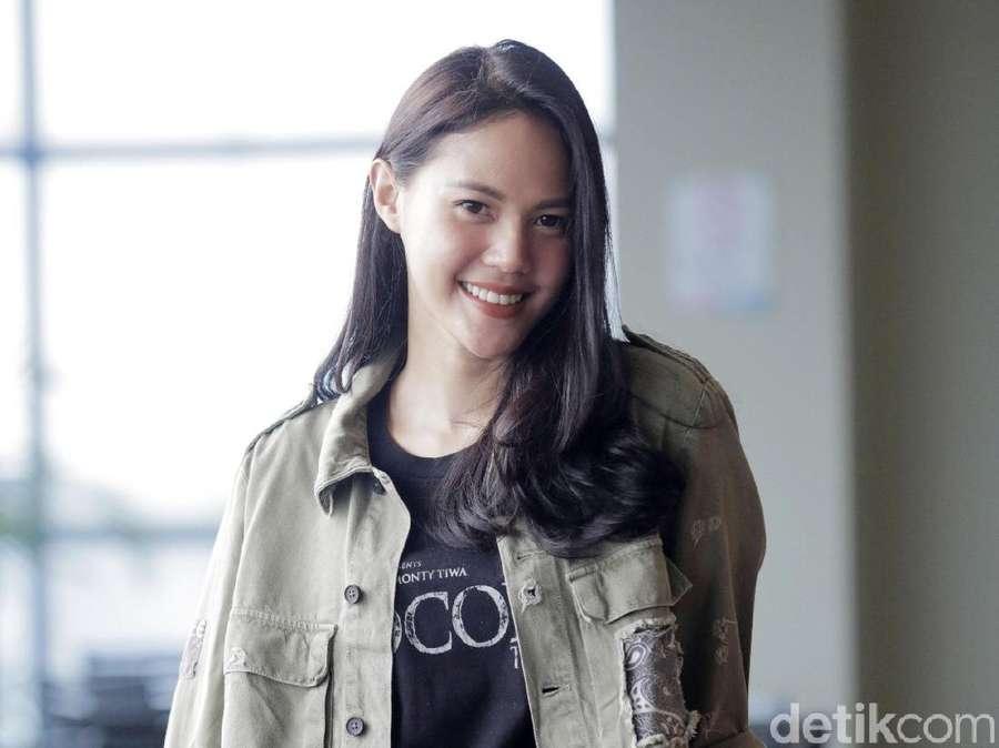 Della Dartyan... Senyummu itu Lho!