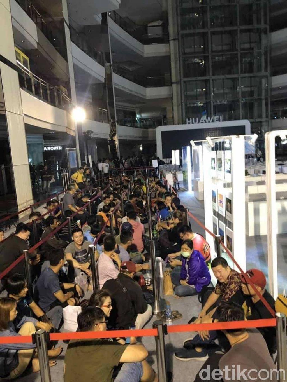 Para konsumen sudah banyak yang mengantre dari pagi hari. Foto: Huawei
