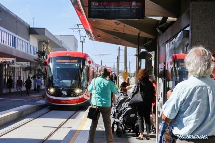 Kereta ringan yang telah lama ditunggu-tunggu di ibu kota Australia, Canberra, dibuka untuk umum pada hari Sabtu. Berbeda dengan kereta LRT di Indonesia, kereta ringan di Canberra dioperasikan di atas tanah langsung atau non layang. Foto: Dok. Xinhuanet