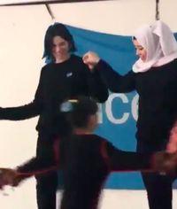 Dua Lipa Joget Bareng Hijabers di Tempat Pengungsian, Tuai Pujian Netizen