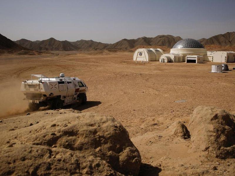 Dibuat menyerupai film fiksi ilmiah, proyek itu diberi nama C-Space Project Mars. Luasnya seperlima lapangan American Football (Thomas Peter/Reuters)