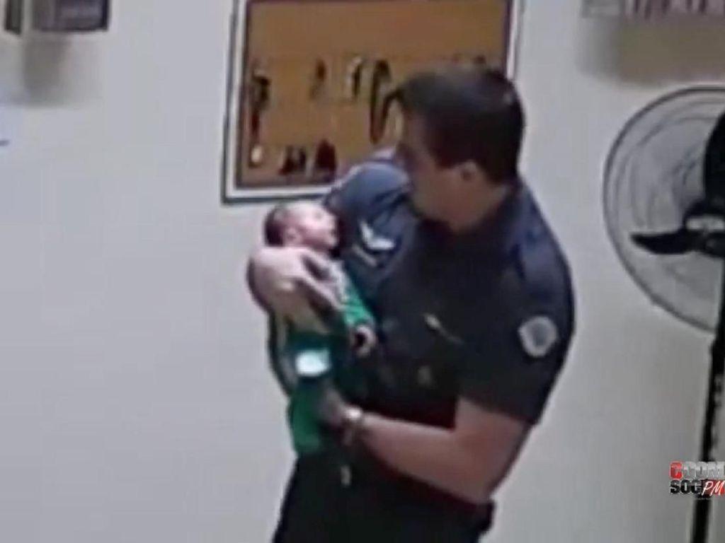 Heroik! Aksi Polisi Selamatkan Bayi 21 Hari yang Tersedak