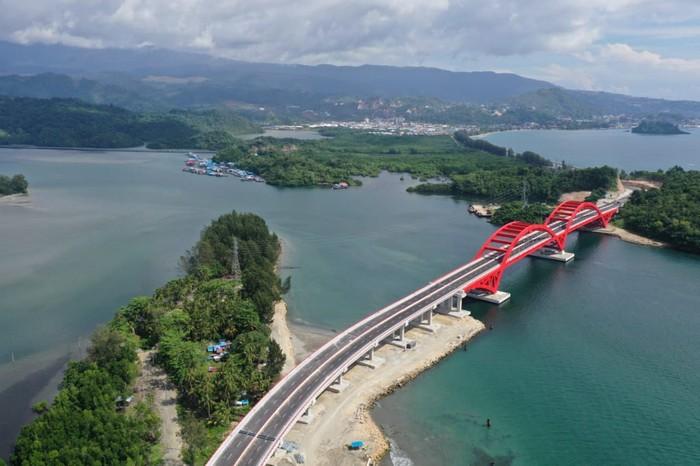 Jembatan Holtekamp di Kota Jayapura, Papua, disebut pula sebagai Jembatan Merah oleh masyarakat setempat. (Arief Budi Mulyanto/Birokompu Kementerian PUPR)