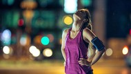 Kena Macet, Wanita Jogging Memutari Mobilnya