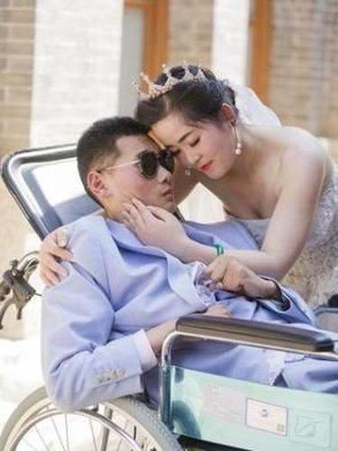 Ada Kisah Haru di Balik Foto Pernikahan yang Mempelai Prianya di Kursi Roda