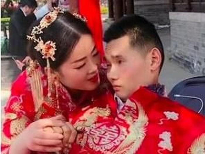 Kisah Haru di Balik Foto Pernikahan yang Mempelai Prianya di Kursi Roda. Foto: Dok. The Paper