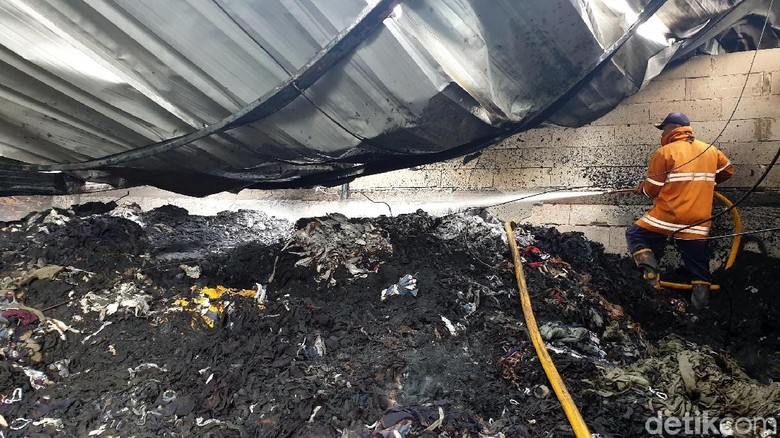 Cerita Menegangkan Pekerja Lihat Pabrik Pengolahan Kain Kebakaran