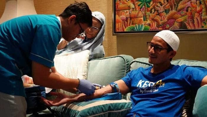 Sandiaga saat menjalani pengambilan sampel darah di rumahnya. (Foto: Dok. BPN Prabowo Subianto-Sandiaga Uno)