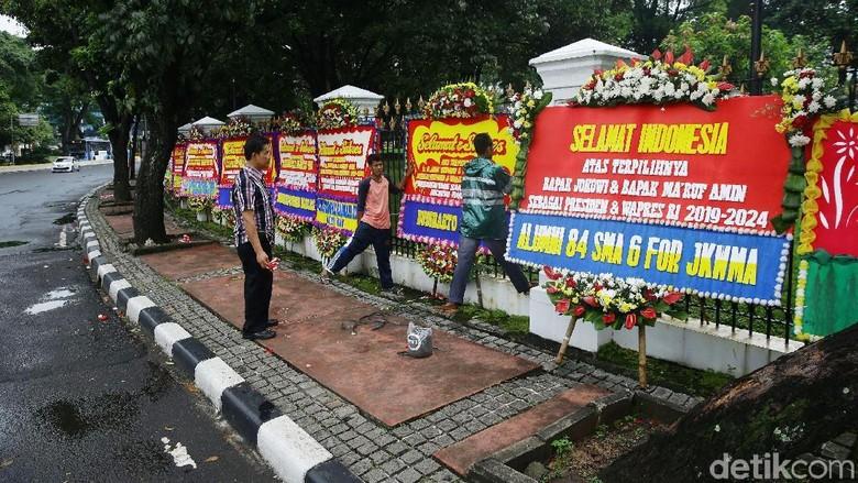 Penampakan Karangan Bunga untuk Jokowi Berjejer di Depan Pagar Istana