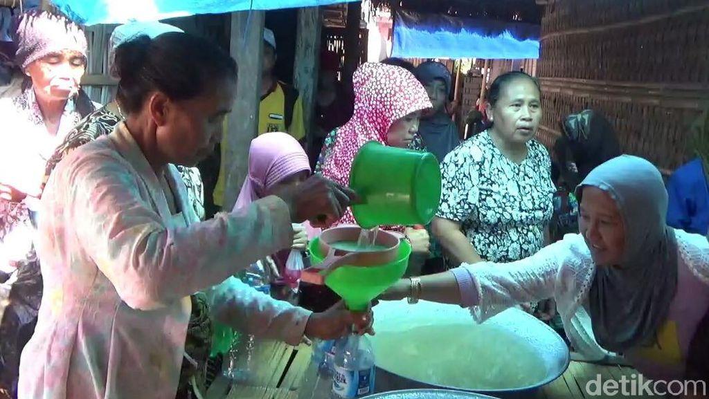 Berebut Berkah Air Perasan Kain Kafan Buyut Cungking di Tradisi Resik Lawon
