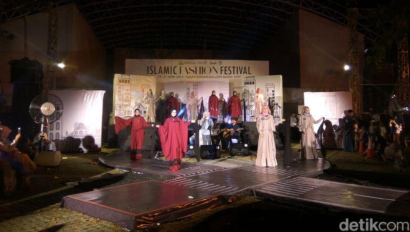 Kegiatan Islamic Fashion Festival (IFF) 2019 digelar di Taman Sari, Kota Banda Aceh. Acara dibuka pada Jumat 19 April malam dan berlangsung hingga Minggu 21 April nanti malam. (Agus Setyadi/detikcom)
