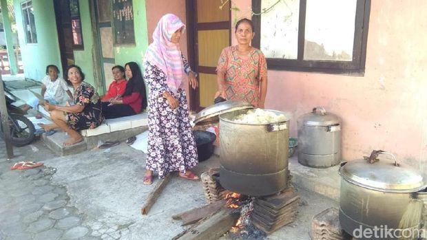 Warga Jepara membuat kerupuk puli jelang puasa