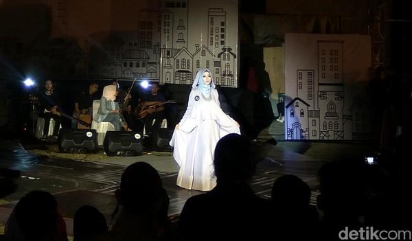 Acara Islamic Fashion Festival (IFF) 2019 digelar untuk memperkenalkan ragam pakaian karya desainer Aceh. Para inong (perempuan) Aceh pun tampil cantik dalam balutan busana Islami. (Agus Setyadi/detikcom)