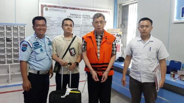 Eks anggota DPRD Sumut, Sonny Firdaus (rompi oranye).
