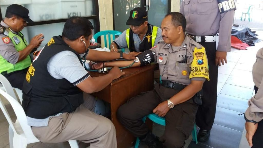 Aparat dan Petugas Rekapitulasi di Surabaya Mendapat Pemeriksaan Medis