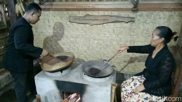 Menyangrai kopi Banyuwangi ini masih pakai kayu bakar