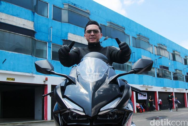 Omesh saat menjajal Honda CBR250RR di Sirkuit Sentul. Foto: Rifkianto Nugroho