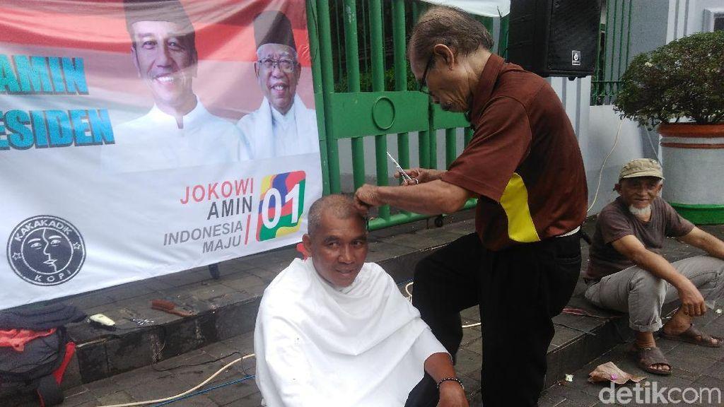 Video Relawan Jokowi-Amin Cukur Rambut Massal