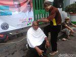 Jokowi Menang QC, Relawan Gelar Cukur Gratis di Tugu Proklamasi