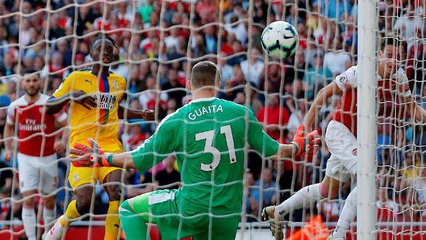 Proses gol pertama Crystal Palace ke gawang Arsenal. (