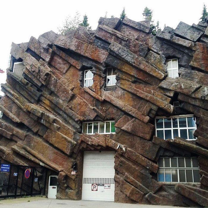 Kalau yang ini mungkin ingin kelihatan seperti rumah zaman batu. Istimewa/Boredpanda.