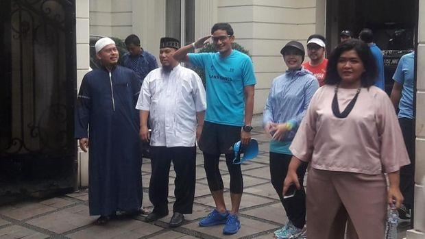 Sandiaga Uno tengah bersiap berlari dari kediamannya ke Gelora Bung Karno (GBK).