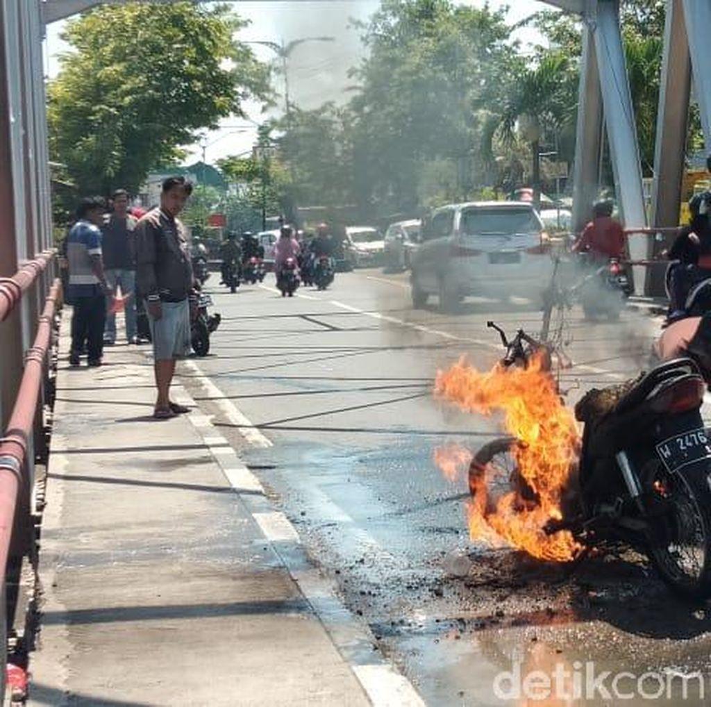Tangki Bocor, Sebuah Motor Hangus Terbakar di Pasuruan