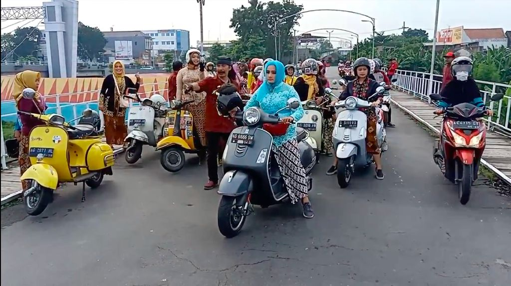 Peringati Hari Kartini, Bikers Wanita Riding Vespa Pakai Kebaya