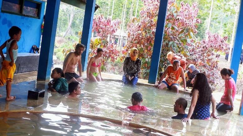 Pemandian air panas Blawan di dekat Kawah Ijen (Chuk Sathu/detikcom)