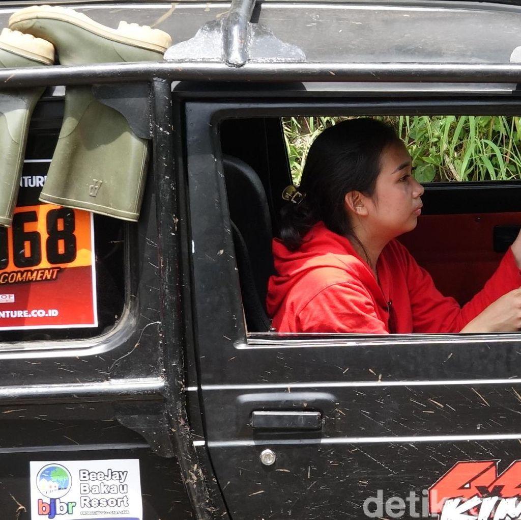Aksi Kartini Offroader Geber Mobil Terjang Lereng Gunung Bromo