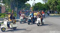 Peringati Hari Kartini, Ratusan Emak-emak Berkebaya Touring dengan Vespa