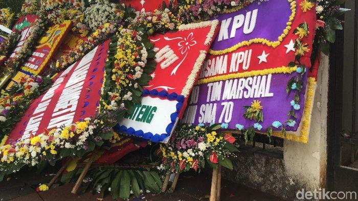 Foto: Karangan bunga di depan KPU menumpuk (Arief Ikhsanudin/detikcom)