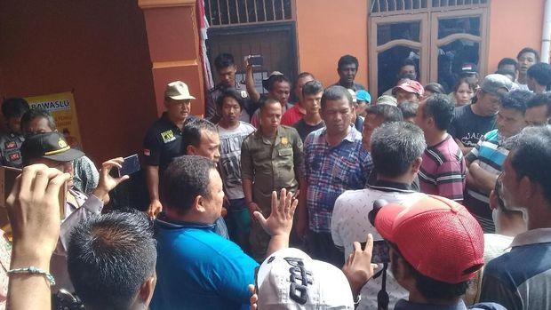 Warga diterima Divisi Penindakan Bawaslu Kabupaten Tapanuli Tengah.