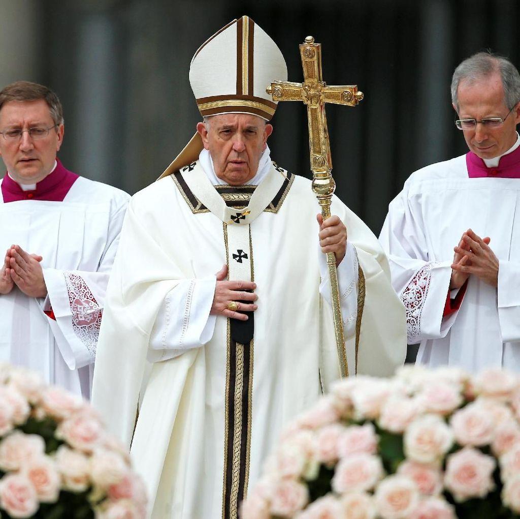 Paus Fransiskus Pimpin Misa Paskah di Lapangan Santo Petrus Vatikan