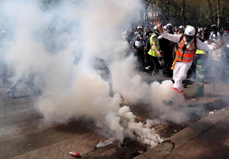 Bentrok dengan Massa Rompi Kuning di Paris, Polisi Tembakkan Gas Air Mata