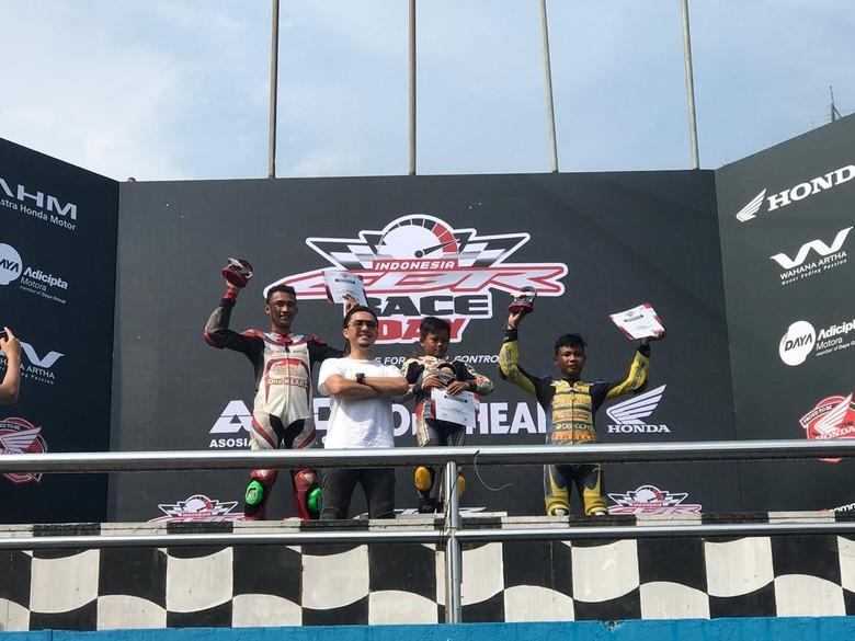 Bocah 11 tahun jadi jawara di balapan Honda CBR kelas 150cc Non Komunitas C. Foto: Roby Setiawan