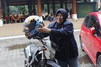 Mengenal Bu Amel, Jurnalis Perempuan Nyentrik dari Cimahi