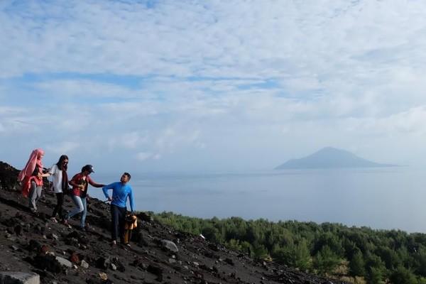 Kamu yang suka trekking harus coba nih ke sini. Walau tercatat sebagai gunung aktif, namun pemandangan Anak Krakatau yang ditawarkan di sini tak main-main. Dengan medan berpasir, butuh tenaga untuk sampai puncak. ( Tengku Mahesa Khalid/dTraveler)