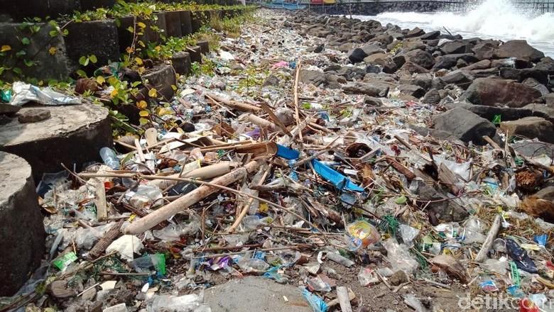 Pantai Pangandaran penuh sampah plastik (Andi Nurroni/detikcom)