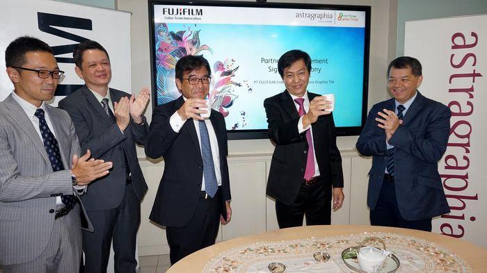 Astragraphia dipercayakan untuk menangani pemasaran dan layanan purna jual dari rangkaian produk mesin cetak digital offset Fujifilm di seluruh Indonesia. Penambahan lini produk digital offset berteknologi inkjet, Astragraphia bersama Fujifilm berharap mampu memperluas penetrasi di industri cetak di Indonesia. Foto: dok. Fujifilm