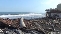 Gelombang Tinggi Sapu 6 Rumah Makan di Pantai Dampar Lumajang